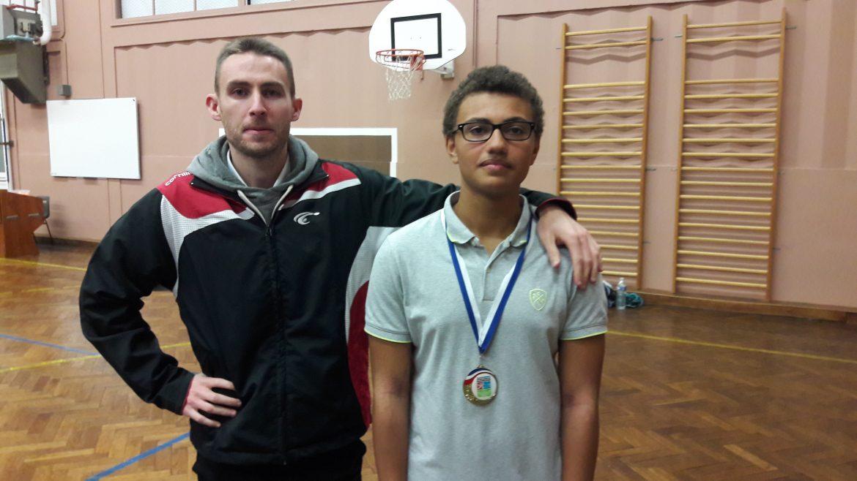Le vainqueur du dernier tournoi jeune Thomas Seremes avant les vacances scolaires de la Toussaint 2016 avec l'entraineur Mathieu Labenne
